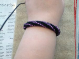 lilla og svart armbånd